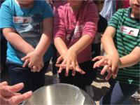 Escolares aprenden con profesionales del Hospital de Alcaudete a realizar una buena higiene de manos