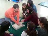 Profesionales del Hospital de Puente Genil realizan un taller de RCP masivo para alumnos de secundaria