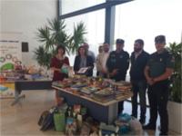 El Hospital de Puente Genil recibe una donación de libros para su proyecto de 'Libroterapia' gracias a la colaboración de la Asociación Sonrisas y la Policía Local