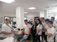 Alumnos de secundaria visitan el laboratorio del Hospital Valle del Guadiato para conocer la labor que realizan sus profesionales