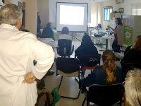 Una médico de Urgencias del Hospital de Montilla imparte un taller sobre arritmias frecuentes a sanitarios de la prisión de Córdoba