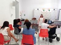 Una ginecóloga del Hospital de Montilla imparte una charla de cuidados vinculados a la salud ginecológica