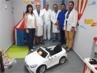 El Hospital Alto Guadalquivir y el Hospital de Montilla reciben una donación de dos coches eléctricos para reducir el estrés de los niños ingresados
